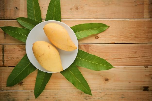 Mango dojrzały, drewno, tło