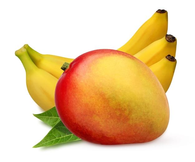 Mango i kiść bananów na białym tle na białym tle ze ścieżką przycinającą. stos całych owoców tropikalnych z liśćmi.