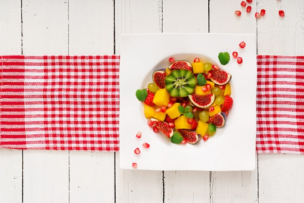 Mango, kiwi, figa, truskawka, winogrona, gruszka i pomarańcza