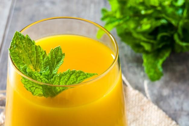 Mango lassi deser tradycyjny indyjski napój na drewnianym stole