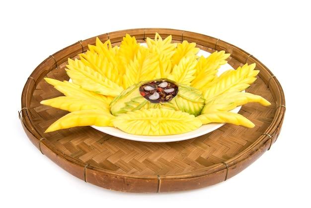 Mango słodki sos rybny pikantny thaistyle i świeży mango pragnienie maczanie miskę i liść włożony w omłot boczny bambusowy kosz izolowany