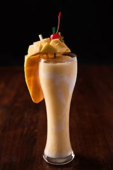 Mango smoothie na drewnianym stole