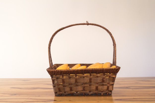 Mango w koszu na stołowym roczniku