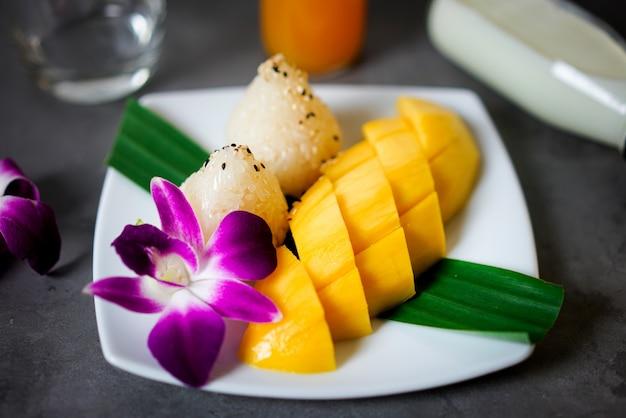 Mango z lepkim ryżem, tajski deser