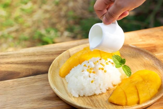 Mango z lepkim ryżem. ulubiony tajski deser w sezonie letnim. słodki i świeży smak.