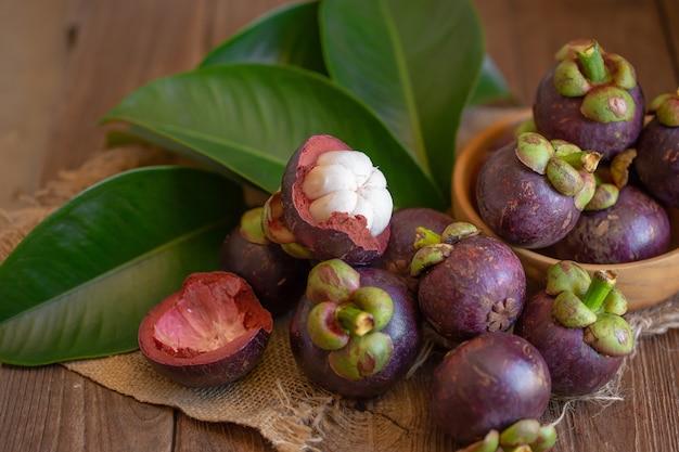 Mangostan królowa owoców na drewnianym stole