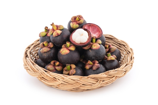 Mangostan lub garcinia mangostana, owoce na białym tle.