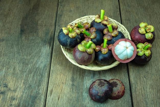 Mangosteens w koszyku