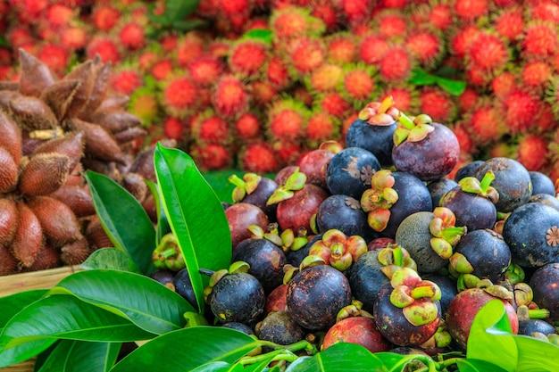 Mangosteeny, owoce tropikalne na rynku.