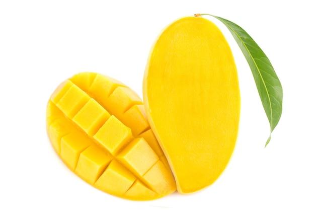 Mangowa owoc odizolowywająca na białym tle.