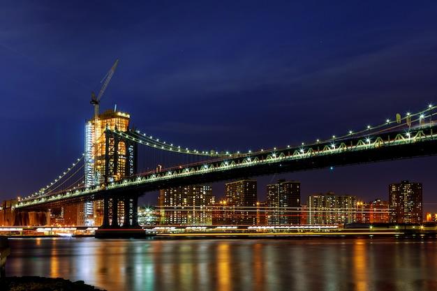 Manhattan bridge oświetlony o zmierzchu bardzo długim czasem ekspozycji