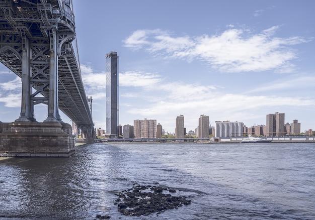 Manhattan bridge w ciągu dnia w usa
