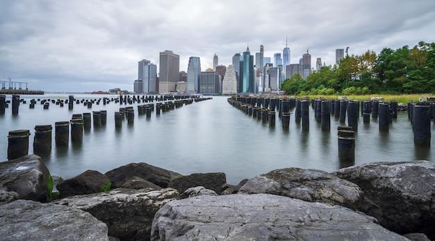 Manhattan linia horyzontu widzieć od brooklyn chmurnego dnia