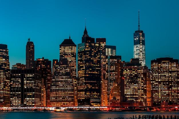 Manhattan nocą ze światłami i refleksami. panoramę nowego jorku