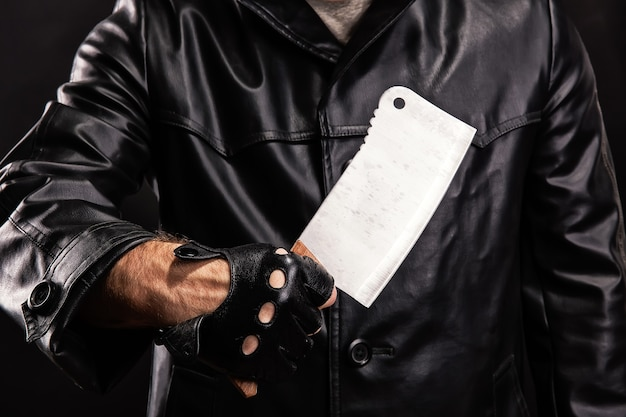 Maniak z nożem na ciemnym tle