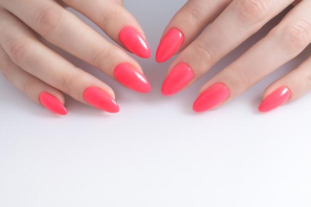 Manicure damski. lakier do paznokci z czerwonym koralem.