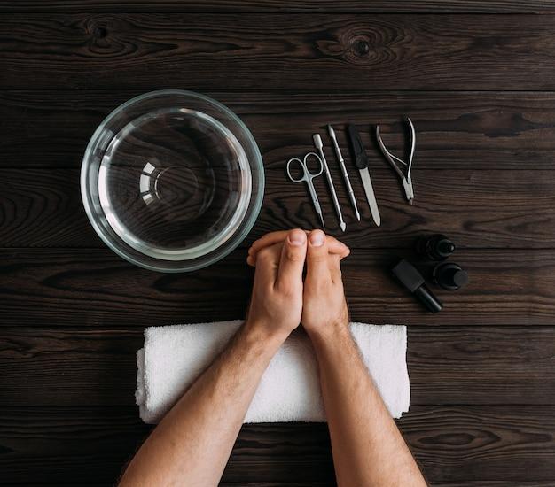 Manicure do manicure. męskie dłonie przygotowane do manicure. pielęgnacja paznokci rąk