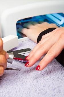 Manicure i ręce z lampą uv do paznokci