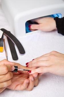 Manicure i ręki z uv lampą dla gwoździ