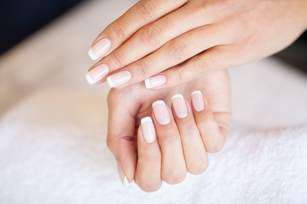 Manicure. mistrz paznokci robi manicure w studio urody