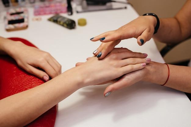 Manicure, pedicure i pielęgnacja ciała w zabiegach spa.