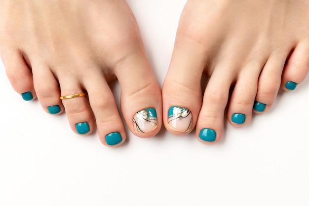 Manicure, pedicure salon kosmetyczny koncepcja. kobieta cieki na białym tle
