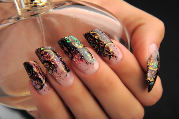 Manicure piękny wzór na paznokciach