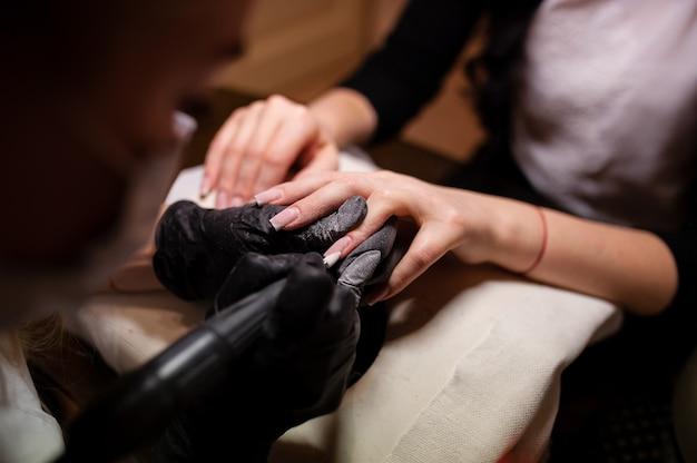 Manicure pielęgnacja paznokci w gabinecie kosmetycznym