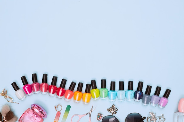 Manicure z lakierem do paznokci, pedicure na białym tle