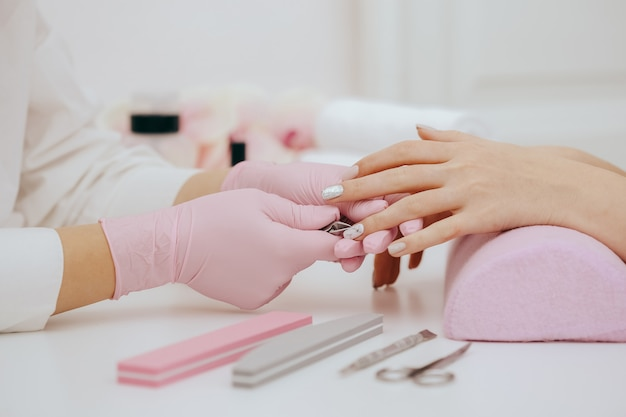 Manikiurzystka robi manicure