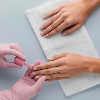 Manikiurzystka z bliska malowanie paznokci