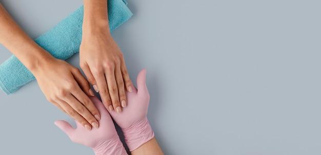 Manikiurzystka z bliska w rękawiczkach