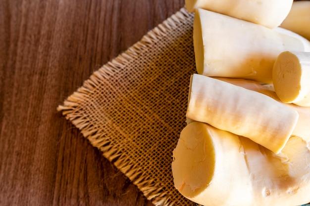 Maniok pokrojony na drewnianym stole