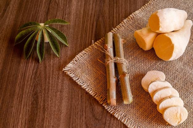 Maniok, zwany także maniokiem, yuca, balinghoy, mogo, mandioca, kamoteng kahoy, tapioka i korzeń manioku, drzewny krzew z rodziny euphorbiaceae pochodzącej z ameryki południowej.