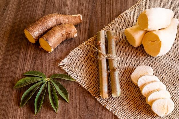 Maniok, zwany także maniokiem, yuca, balinghoy, mogo, mandioca, kamoteng kahoy, tapioka i korzeń manioku, drzewny krzew z rodziny euphorbiaceae pochodzącej z ameryki południowej