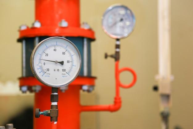 Manometr ciśnienia psi w rurociągach i zaworach instalacji przeciwpożarowych.