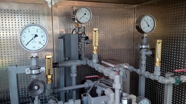 Manometry zainstalowane na rurociągu. pomiar ciśnienia wody w zakładzie przemysłowym.