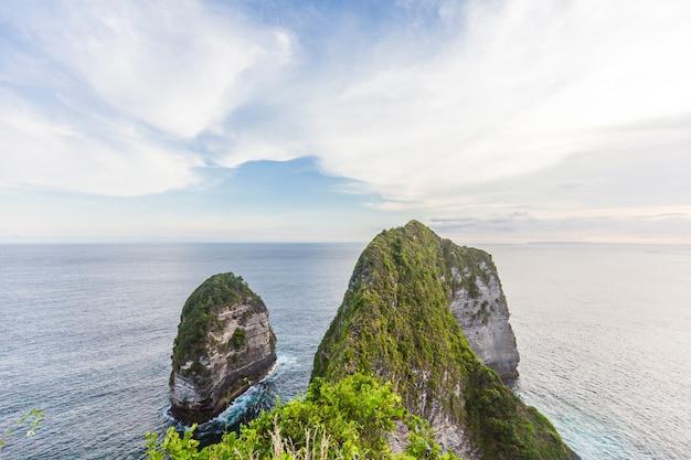 Manta bay lub kelingking beach na wyspie nusa penida, bali, indonezja