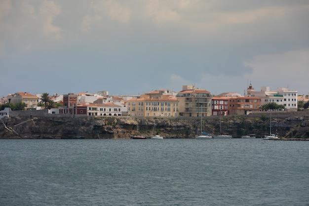 Mao portowy obszar przy menorca wyspą, hiszpania.