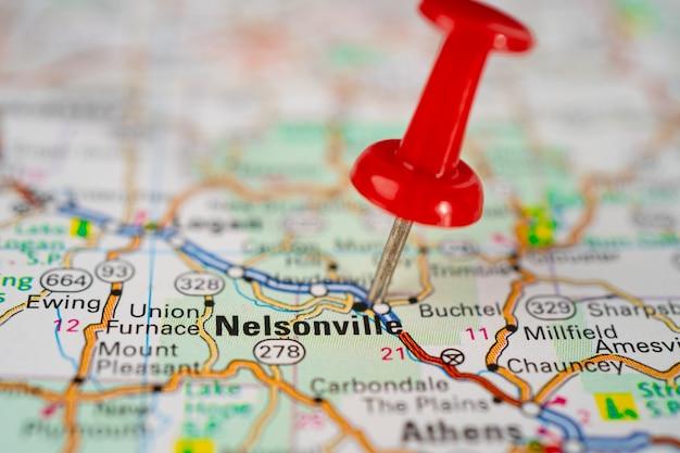 Mapa drogowa nelsonville ohio z czerwonym miastem pinezki w ameryce usa
