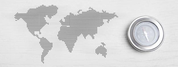 Mapa kompasu i świata na białym tle.