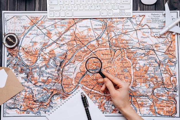 Mapa leży na drewnianym stole
