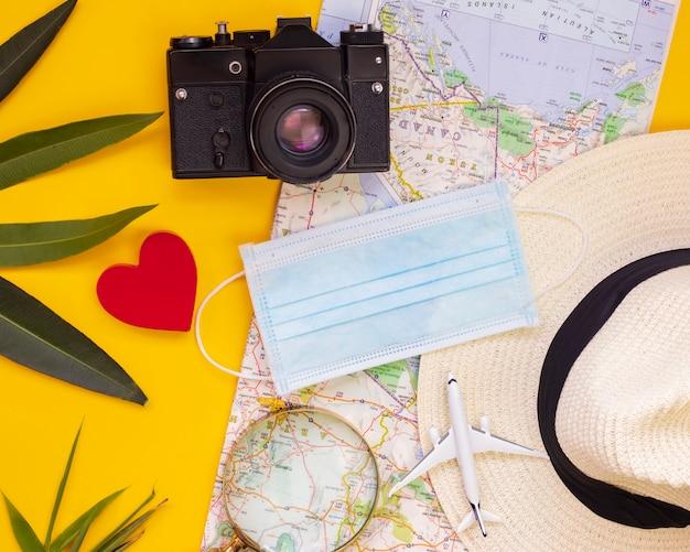 Mapa, pieniądze, maska, szkło powiększające, samoloty, problemy z podróżowaniem przez covid-19