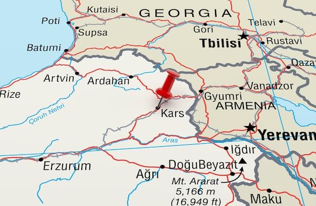 Mapa przedstawiająca kars w turcji z czerwoną szpilką. renderowanie 3d