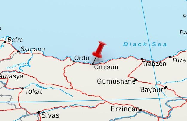 Mapa przedstawiająca turcję giresun z renderowaniem 3d z czerwoną szpilką