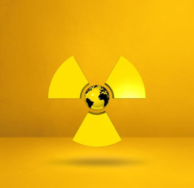 Mapa świata na symbol radioaktywnych. studio żółte tło.