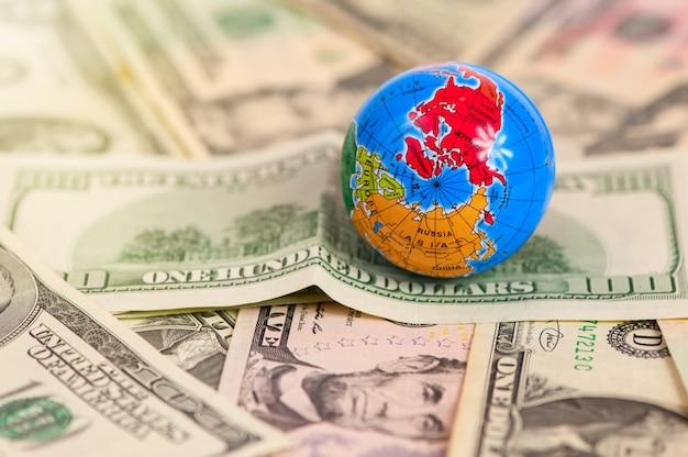 Mapa świata na wielu banknotach dolara amerykańskiego