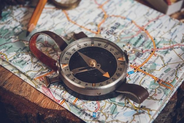 Mapa z kompasem. proste narzędzia nawigacyjne do orientacji w świecie.