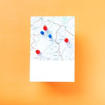 Mapa z wiązką szpilek