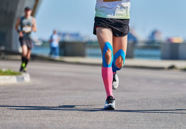 Maratończycy na miejskiej imprezie sportowej fitness drogowego